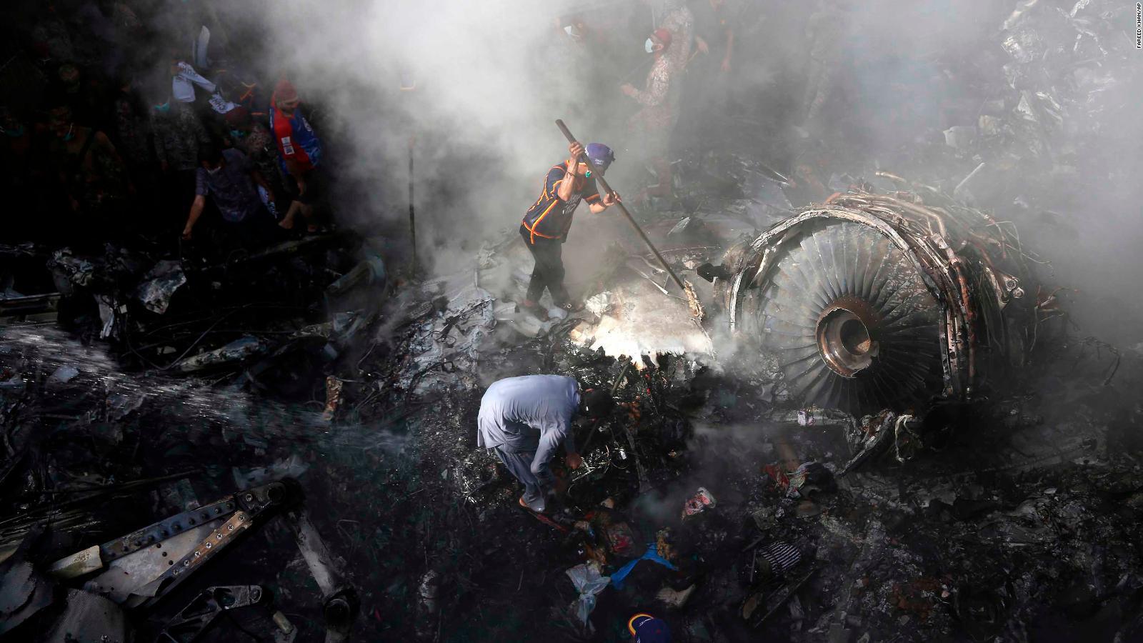 Hơn 10 ngày sau khi máy bay Pakistan rơi, bé gái trên mặt đất tử vong