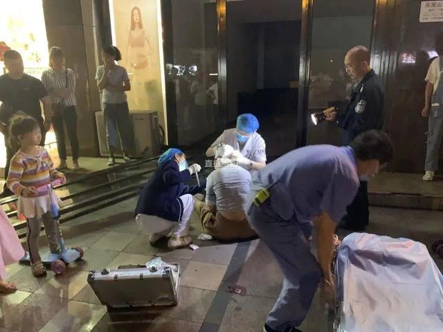 Chứng kiến cánh cửa kính khổng lồ đổ ập xuống 3 đứa bé, người mẹ 2 con quyết lao mình vào chống đỡ khiến mình bị thương nặng - Ảnh 2.