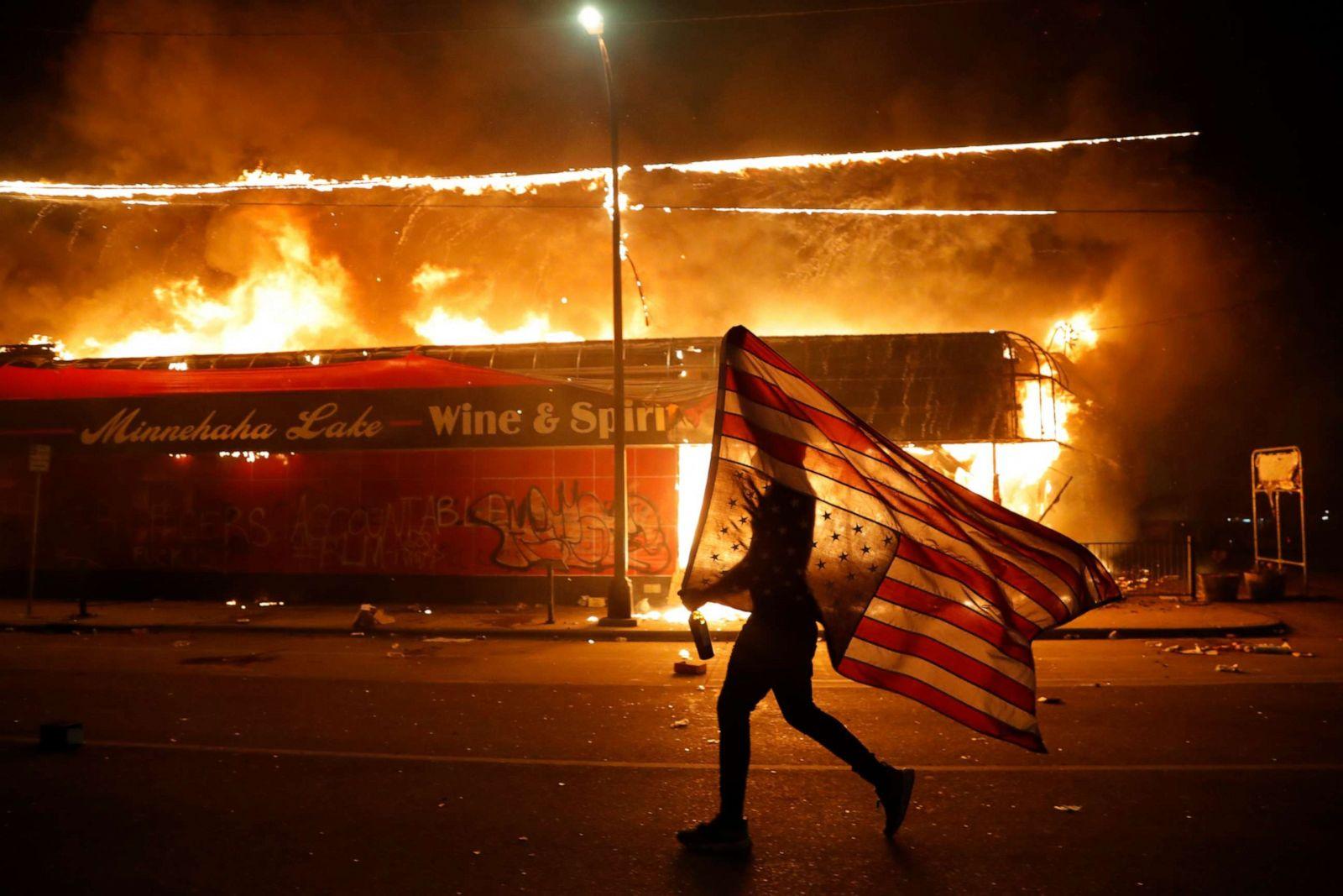 """Chùm ảnh: Toàn cảnh nước Mỹ """"đảo điên"""" sau ngày một người đàn ông bị cảnh sát ghì cổ đến chết - Ảnh 33."""