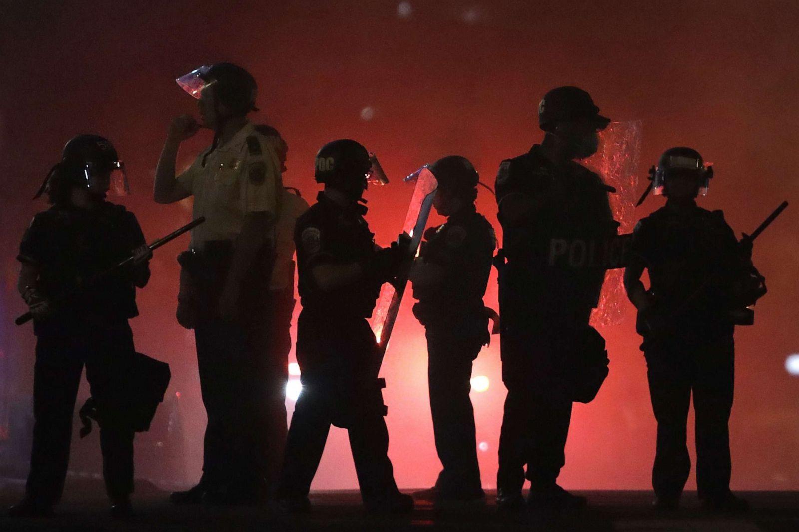 """Chùm ảnh: Toàn cảnh nước Mỹ """"đảo điên"""" sau ngày một người đàn ông bị cảnh sát ghì cổ đến chết - Ảnh 19."""