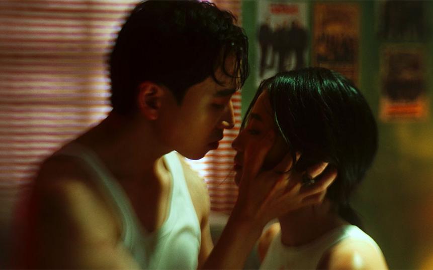 Tái xuất sau thời gian ở ẩn, Karik khiến khán giả đỏ mặt với nụ hôn môi nóng bỏng nàng hot girl xinh đẹp
