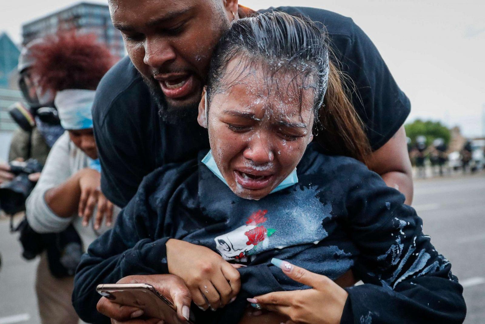 """Chùm ảnh: Toàn cảnh nước Mỹ """"đảo điên"""" sau ngày một người đàn ông bị cảnh sát ghì cổ đến chết - Ảnh 4."""