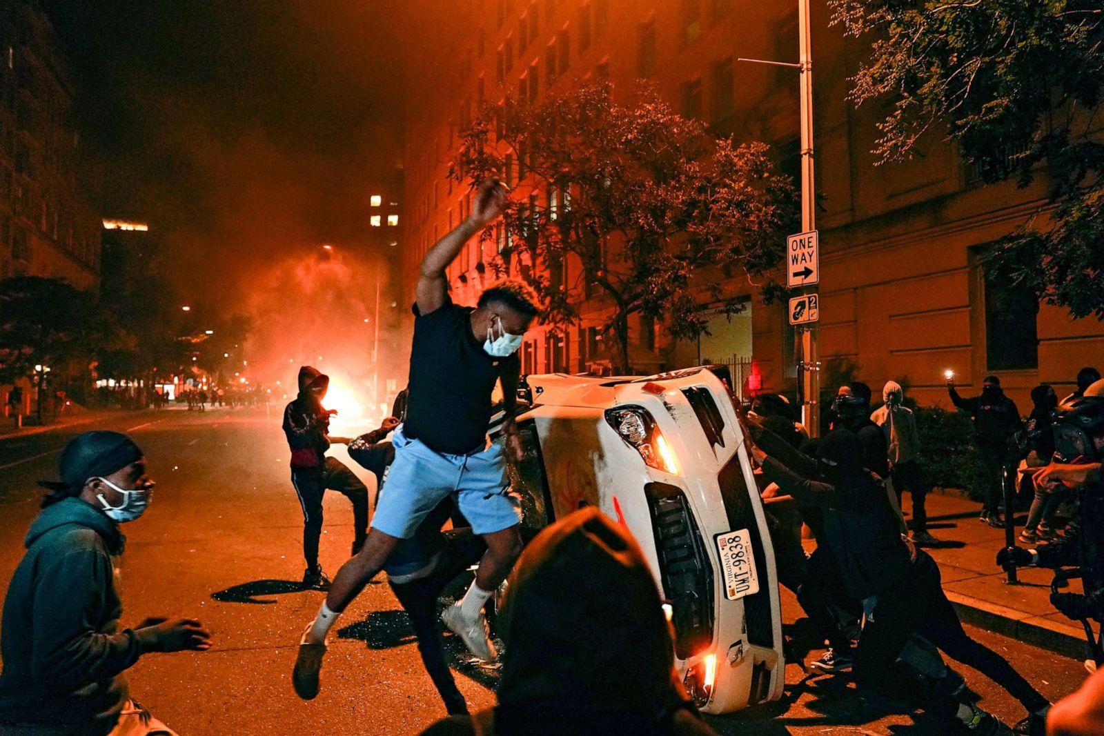 """Chùm ảnh: Toàn cảnh nước Mỹ """"đảo điên"""" sau ngày một người đàn ông bị cảnh sát ghì cổ đến chết - Ảnh 10."""