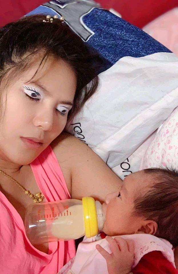 Buồn ngủ díp mắt mà vẫn phải trông con, mẹ trẻ tung chiêu bá đạo vừa được ngủ mà con nằm ăn ngoan không khóc nửa lời - Ảnh 1.