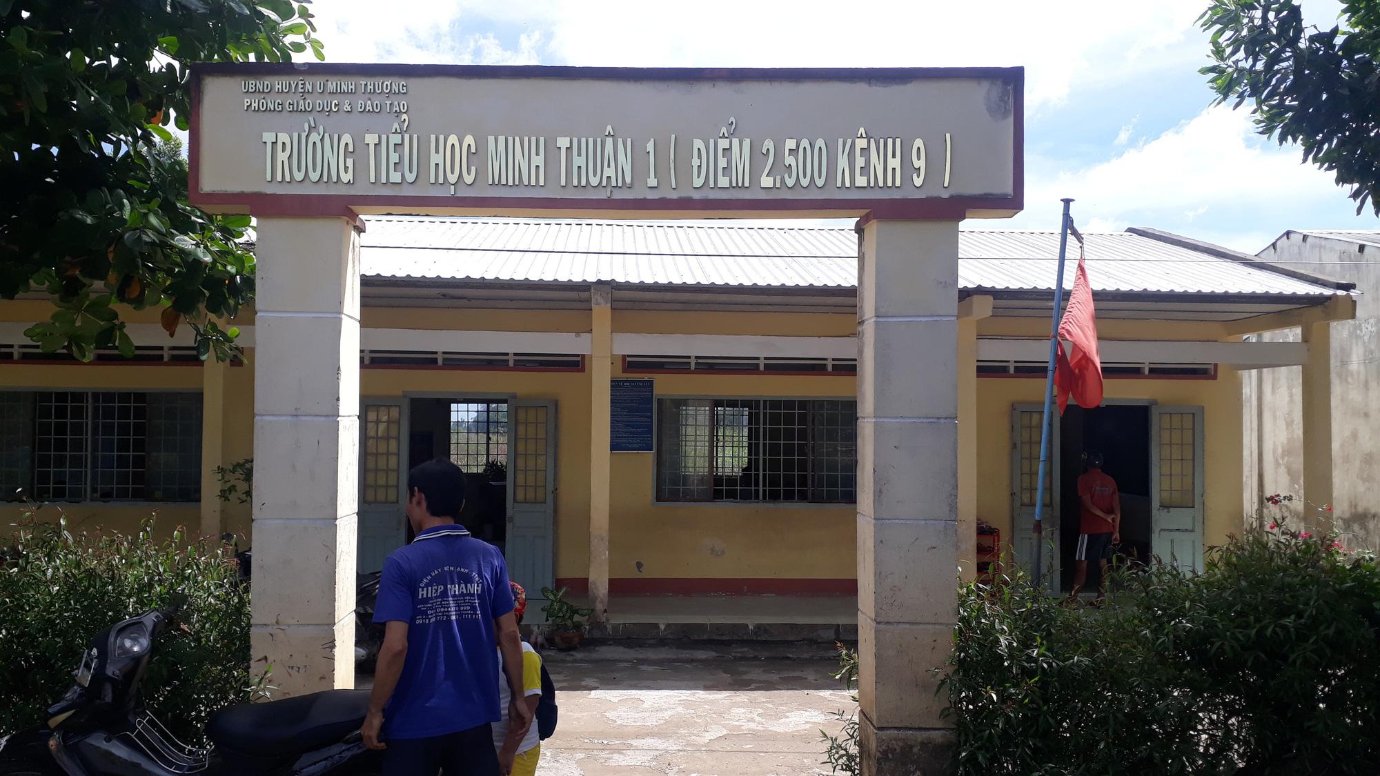 Thầy giáo sàm sỡ 2 nữ sinh tiểu học tại nhà vệ sinh và cuộc ngã giá 100 triệu đồng  - Ảnh 1.