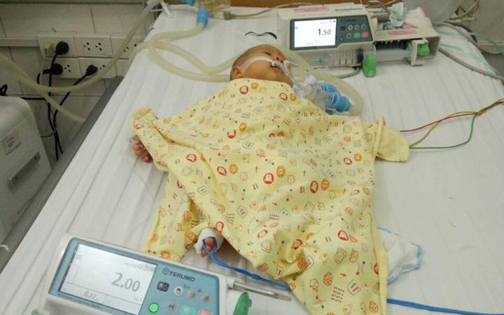 Bé sơ sinh ngủ nhiều, bú kém, 3 ngày mới được đưa đi khám thì phải nhập viện cấp cứu khi nhịp tim lên đến 276 nhịp/phút