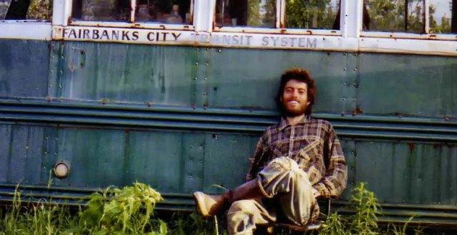 Bức ảnh chàng trai gầy gò chỉ còn 30kg ngồi trước chiếc xe buýt cũ nát và câu chuyện hành trình hoang dã dẫn đến cái chết thảm gây tranh cãi suốt hàng chục năm - Ảnh 1.