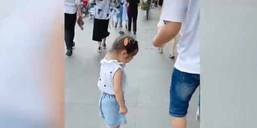 Cảnh tượng ông bố bị bỏ lại bơ vơ giữa phố còn con gái thì vừa đi vừa khóc khiến ai cũng chú ý, câu chuyện phía sau lại khiến ai cũng buồn cười - Ảnh 1.