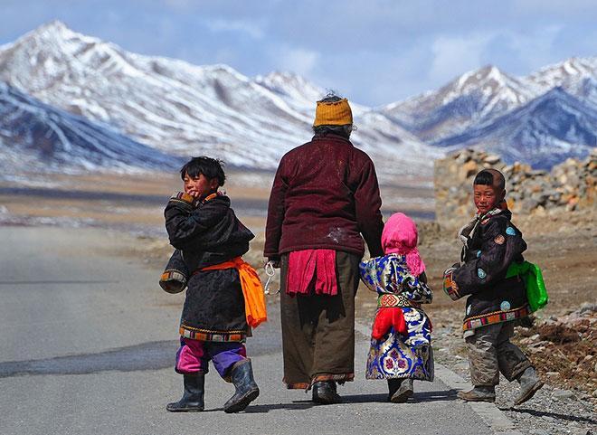 """Phương pháp giáo dục trẻ nhỏ của Tây Tạng: """"1 tuổi coi là vua, 5 tuổi là nô lệ"""", nghe thì ngược đời nhưng càng ngẫm càng thấy đúng - Ảnh 1."""