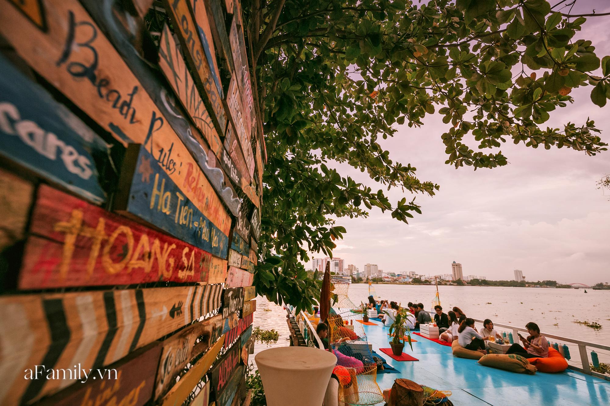Siêu hot với quán cà phê nổi trên sông Sài Gòn, đón hoàng hôn hay ngắm cảnh đêm đều cực đẹp mà giá cả lại hợp lý, yên tâm chill chẳng sợ hụt hầu bao! - Ảnh 5.