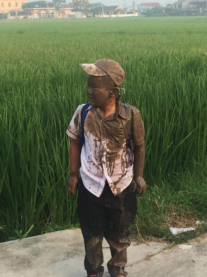 """Đang yên đang lành thì """"đồng ruộng tự nhiên va vào người"""", cậu bé nâu từ đầu đến chân như socola khiến người lớn cười lăn lộn - Ảnh 3."""