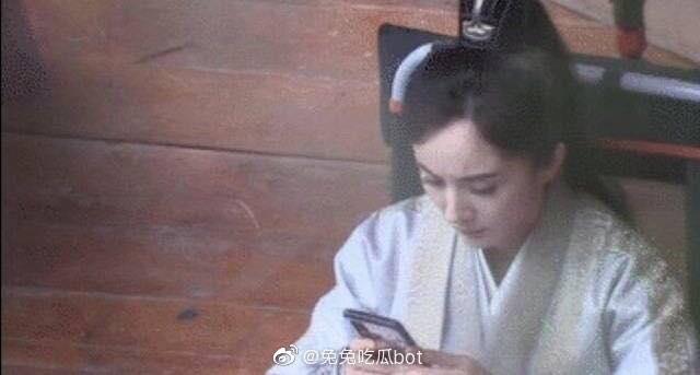 """""""Cửu Châu Hộc Châu phu nhân"""": Lộ ảnh Dương Mịch quay lại phim trường, lập tức ôm điện thoại khi giải lao  - Ảnh 4."""