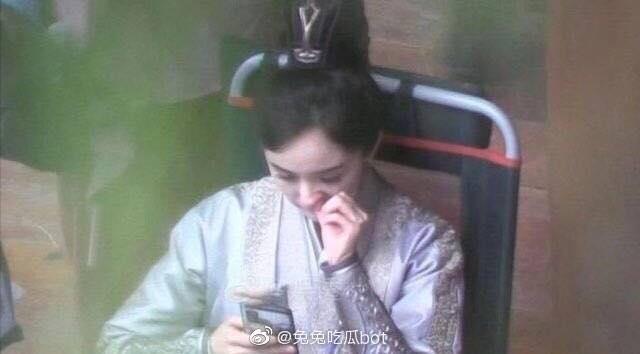 """""""Cửu Châu Hộc Châu phu nhân"""": Lộ ảnh Dương Mịch quay lại phim trường, lập tức ôm điện thoại khi giải lao  - Ảnh 3."""
