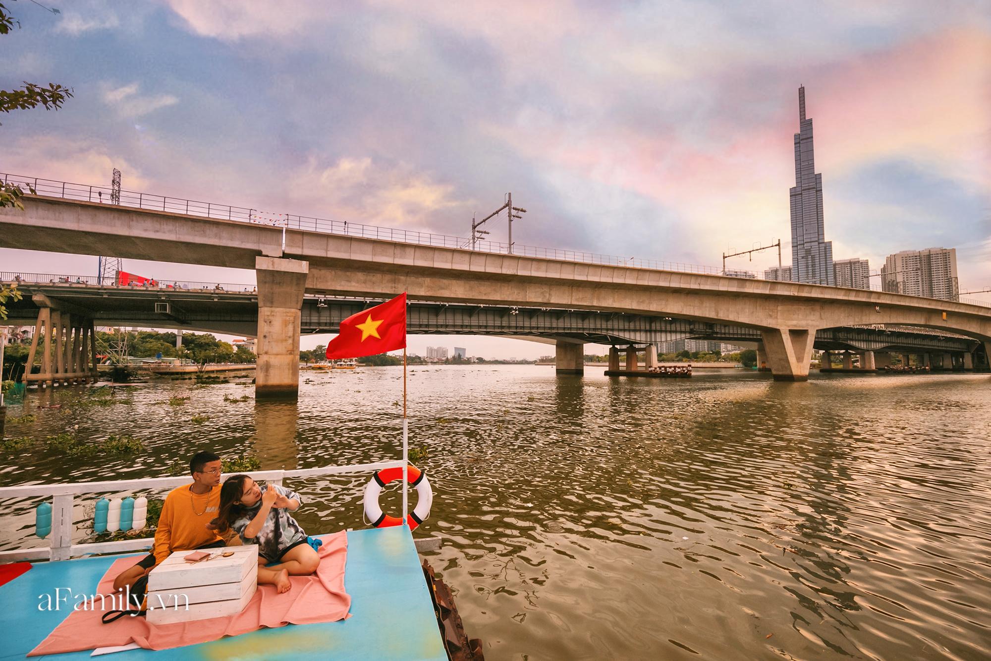 Siêu hot với quán cà phê nổi trên sông Sài Gòn, đón hoàng hôn hay ngắm cảnh đêm đều cực đẹp mà giá cả lại hợp lý, yên tâm chill chẳng sợ hụt hầu bao! - Ảnh 8.