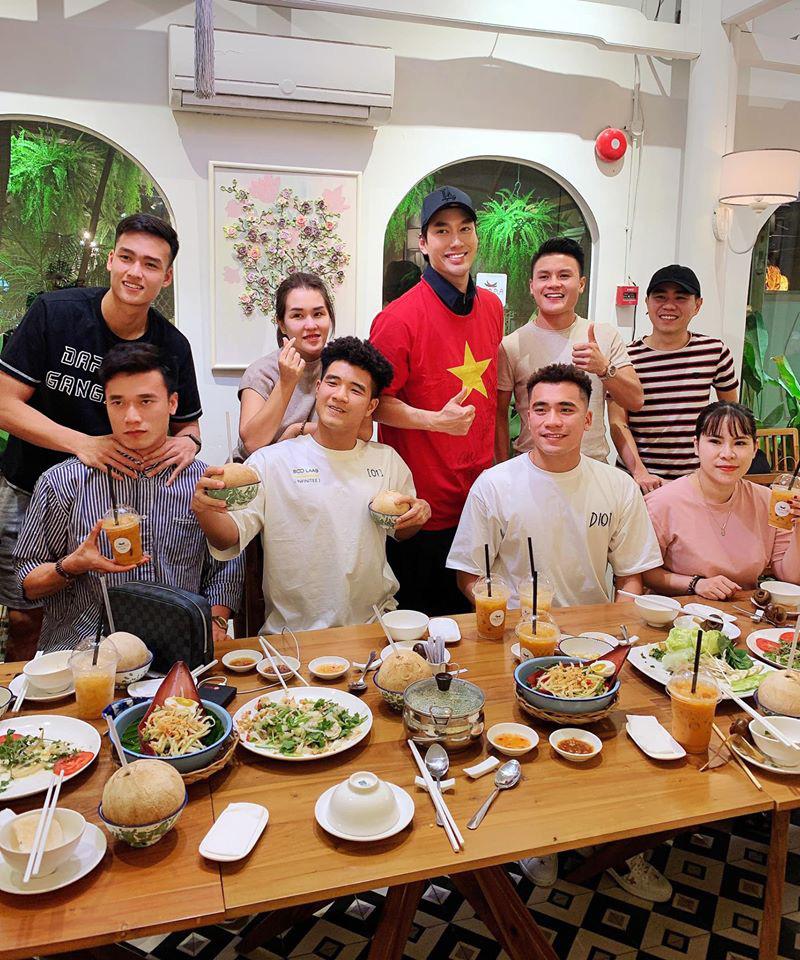 Người anh của Quang Hải trong tin nhắn hacker tiết lộ: Thường xuyên xuất hiện tại nhiều cuộc vui, bữa tiệc của cầu thủ nổi tiếng - Ảnh 5.