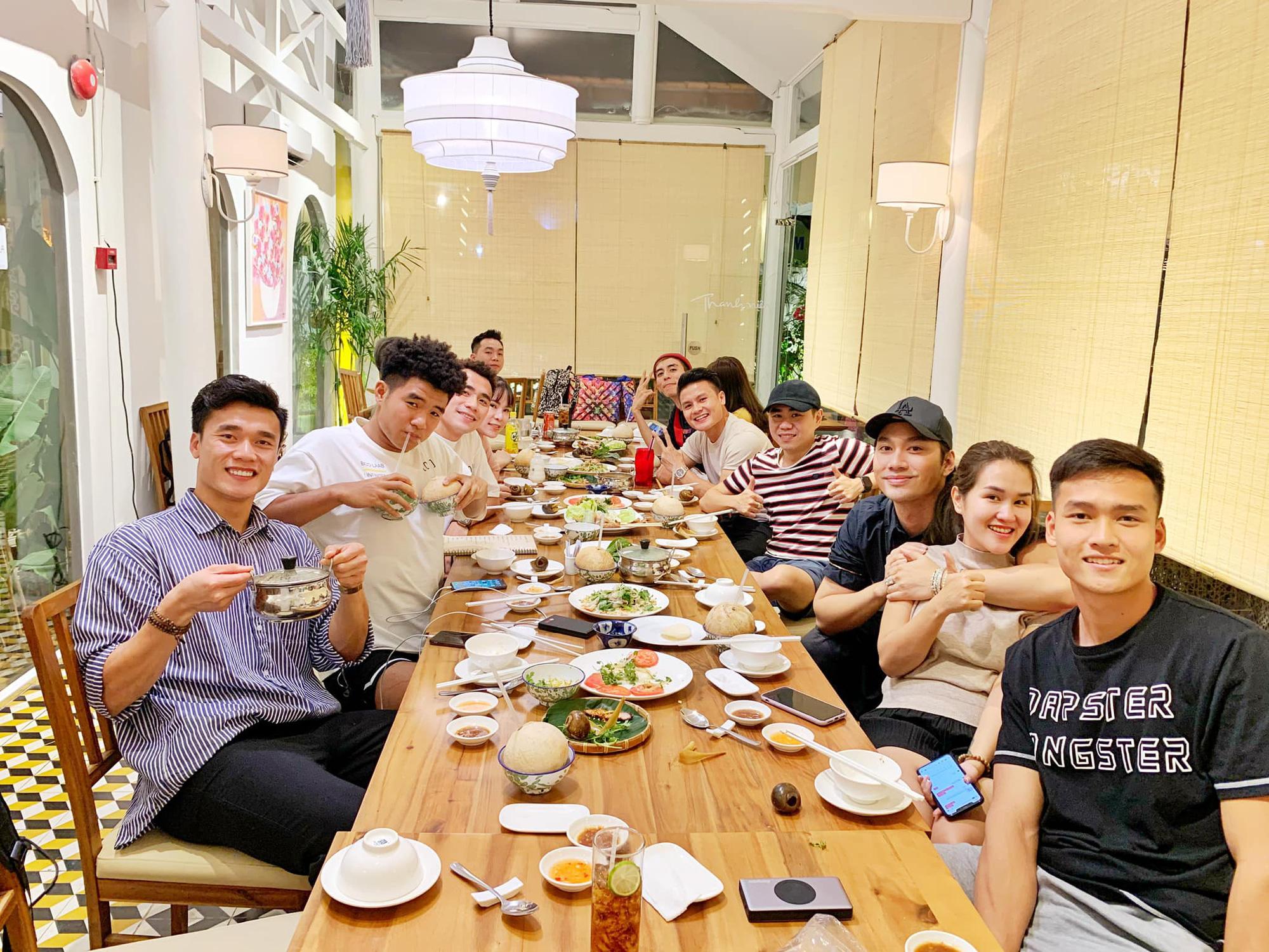 Người anh của Quang Hải trong tin nhắn hacker tiết lộ: Thường xuyên xuất hiện tại nhiều cuộc vui, bữa tiệc của cầu thủ nổi tiếng - Ảnh 3.
