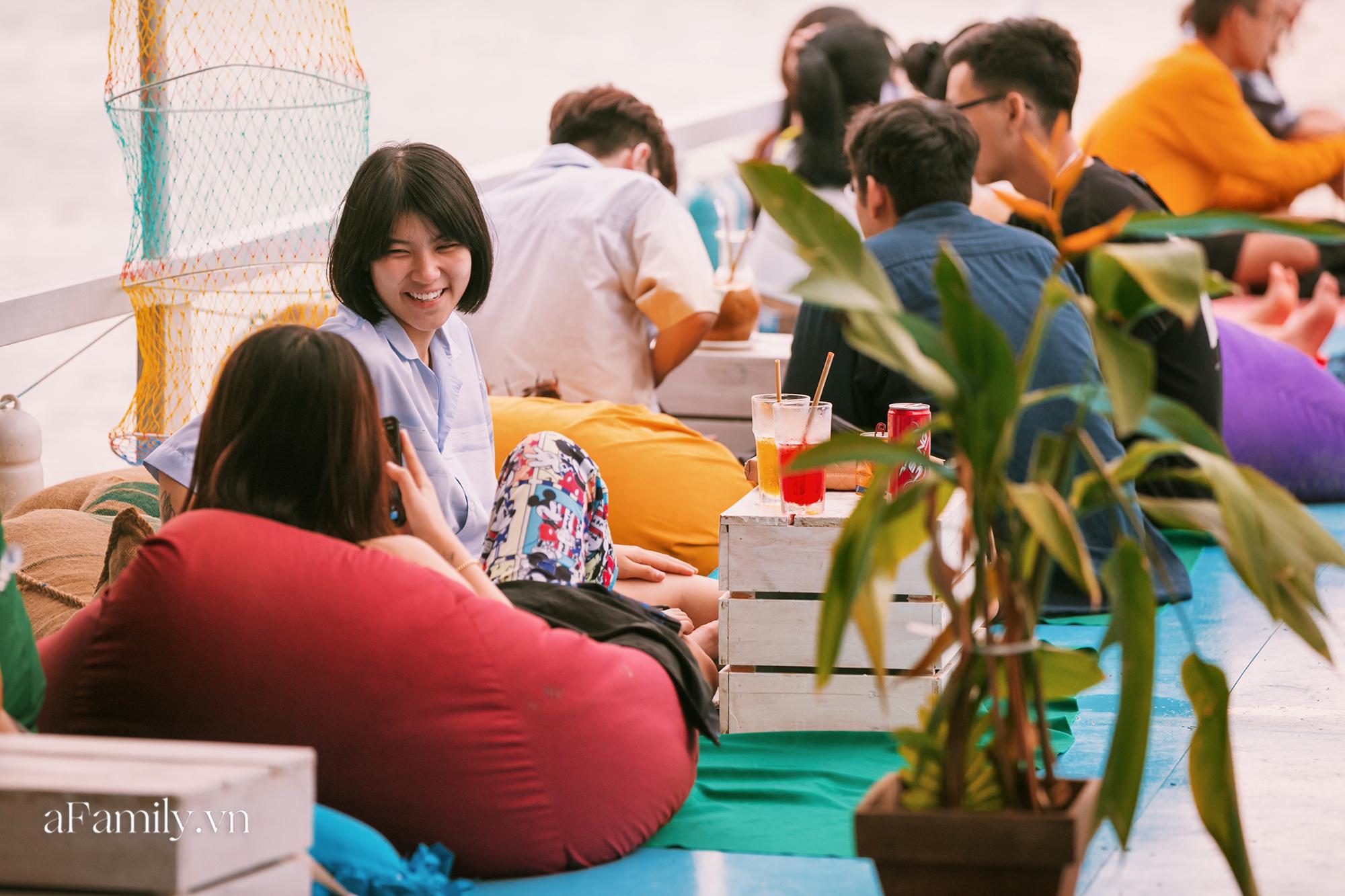 Siêu hot với quán cà phê nổi trên sông Sài Gòn, đón hoàng hôn hay ngắm cảnh đêm đều cực đẹp mà giá cả lại hợp lý, yên tâm chill chẳng sợ hụt hầu bao! - Ảnh 6.