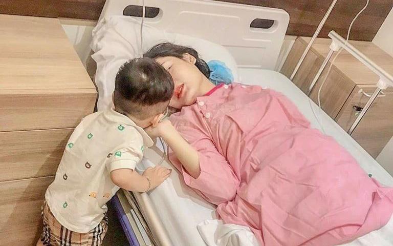 Hình ảnh bé trai 22 tháng tuổi hôn mẹ đang nằm hồi sức sau mổ đẻ khiến bao mẹ sinh con thứ 2 thấy rưng rưng xúc động