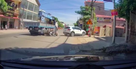 Lao người vào ô tô, nam thanh niên suýt bị xe đầu kéo cán nát chân - Ảnh 2.
