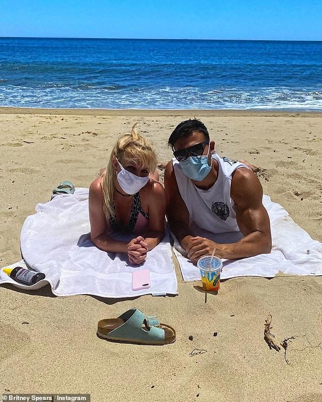 Không chịu được cảnh tù túng trong nhà, Britney Spears đeo khẩu trang kín mít cùng bạn trai kém 13 tuổi ra biển tắm nắng - Ảnh 2.
