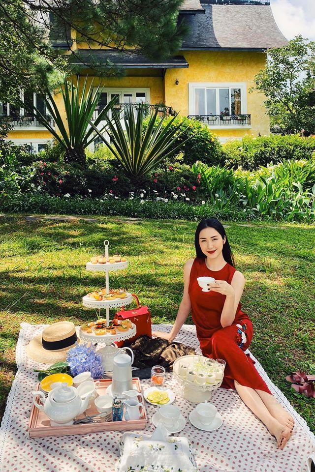 Hòa Minzy thưởng thức trà chiều trên bãi cỏ xanh.