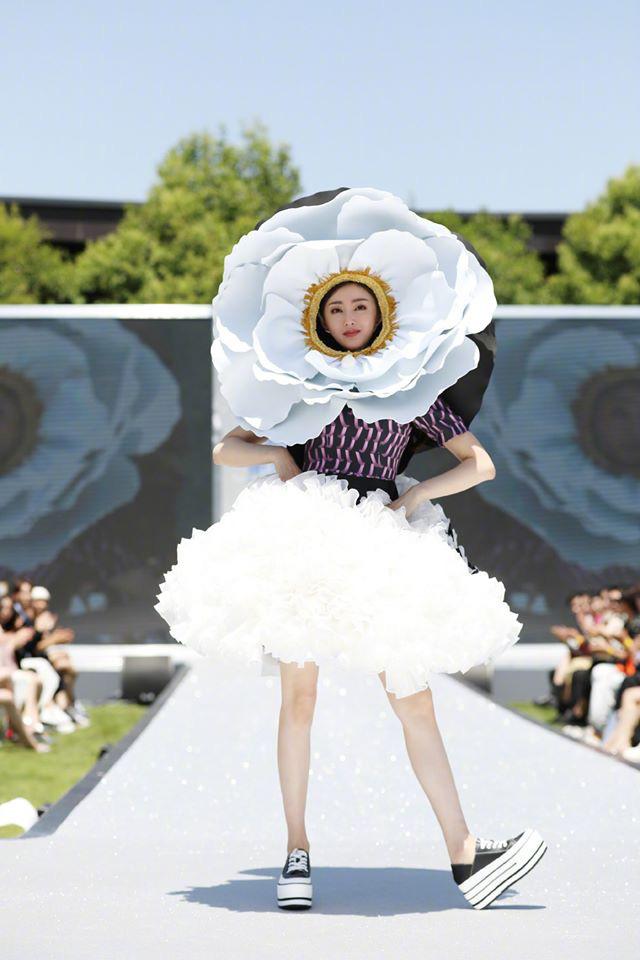 Running Man bản Trung tổ chức fashion show quái dị: Angela Baby khoe đường cong, Thái Từ Khôn mặc cái gì thế này? - Ảnh 14.