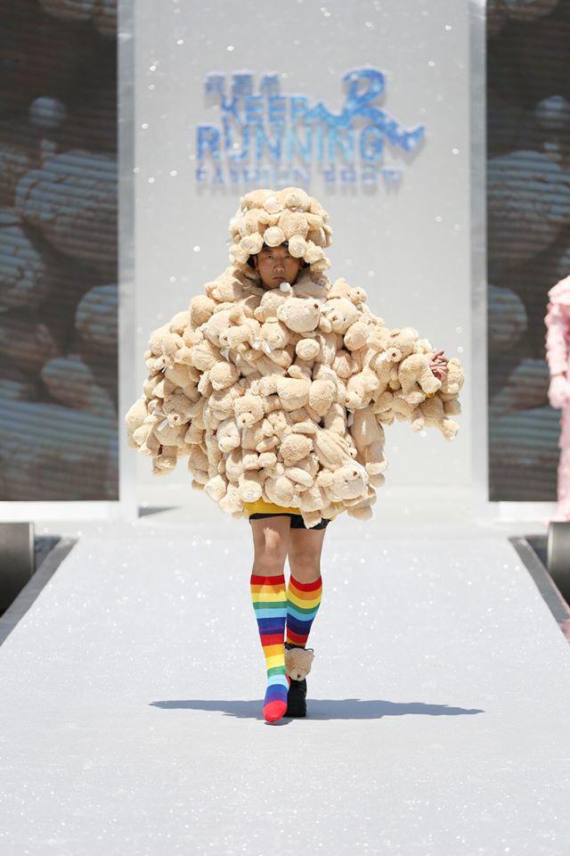 Running Man bản Trung tổ chức fashion show quái dị: Angela Baby khoe đường cong, Thái Từ Khôn mặc cái gì thế này? - Ảnh 11.