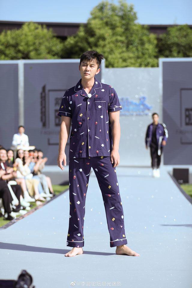 Running Man bản Trung tổ chức fashion show quái dị: Angela Baby khoe đường cong, Thái Từ Khôn mặc cái gì thế này? - Ảnh 9.