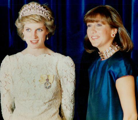 Cộng đồng mạng chia sẻ bức ảnh cũ của Công nương Diana với một người phụ nữ, là bằng chứng cho thấy sự toán tính của Meghan Markle như thế nào - Ảnh 1.