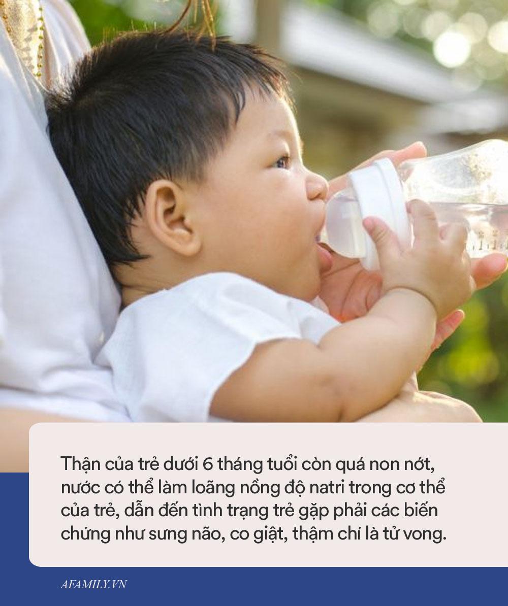 Chuyên gia cảnh báo: Nắng nóng đến mấy cũng tuyệt đối không cho trẻ dưới 6  tháng tuổi uống nước