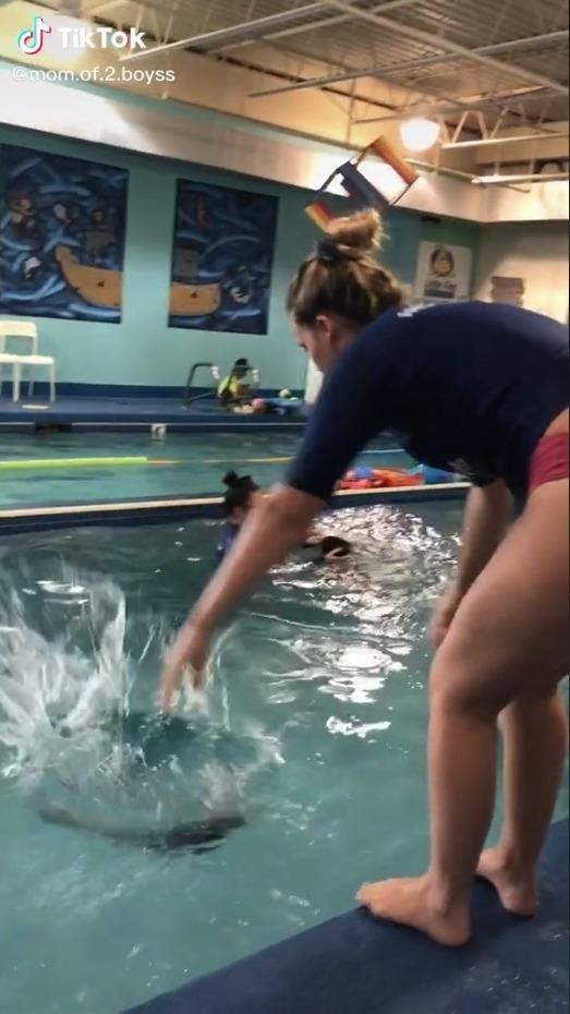 Thực hư đằng sau đoạn video ném em bé 8 tháng tuổi xuống bể bơi khiến mạng xã hội dậy sóng được chính mẹ em bé chia sẻ - Ảnh 3.