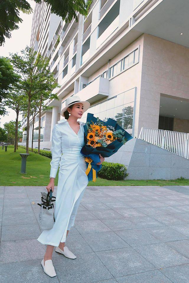Thanh Hằng tranh thủ chụp hình khi được tặng bó hoa hướng dương tuyệt đẹp.