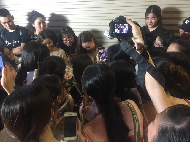 Ninh Dương Lan Ngọc ăn vận sexy khi hội ngộ fan hâm mộ Hà Nội, tiết lộ bí quyết sở hữu vòng eo 54cm - Ảnh 3.