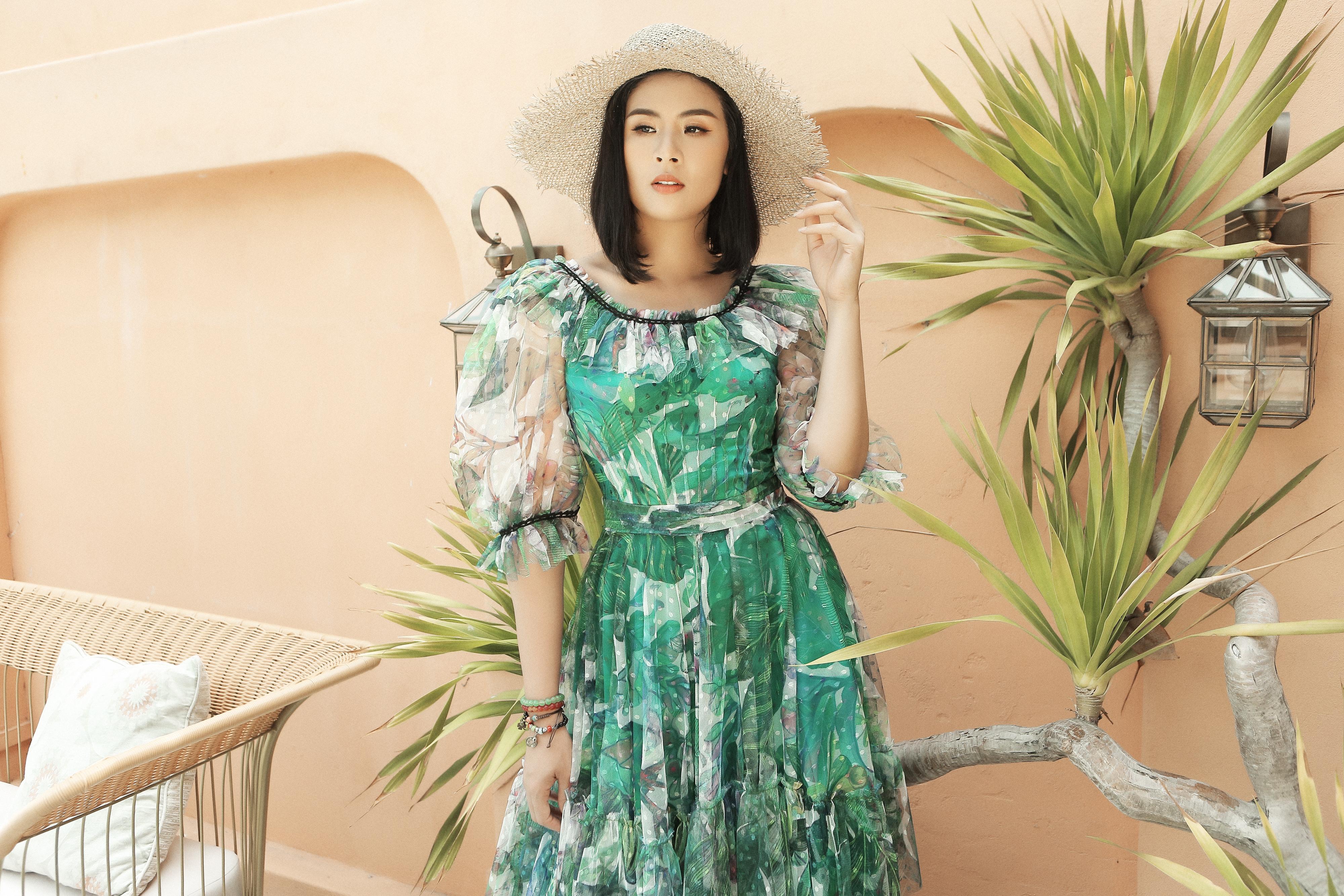 HH Ngọc Hân đẹp mơ màng trong loạt váy hoạ tiết nhiệt đới làm dịu mát mùa Hè của NTK Hà Duy  - Ảnh 4.