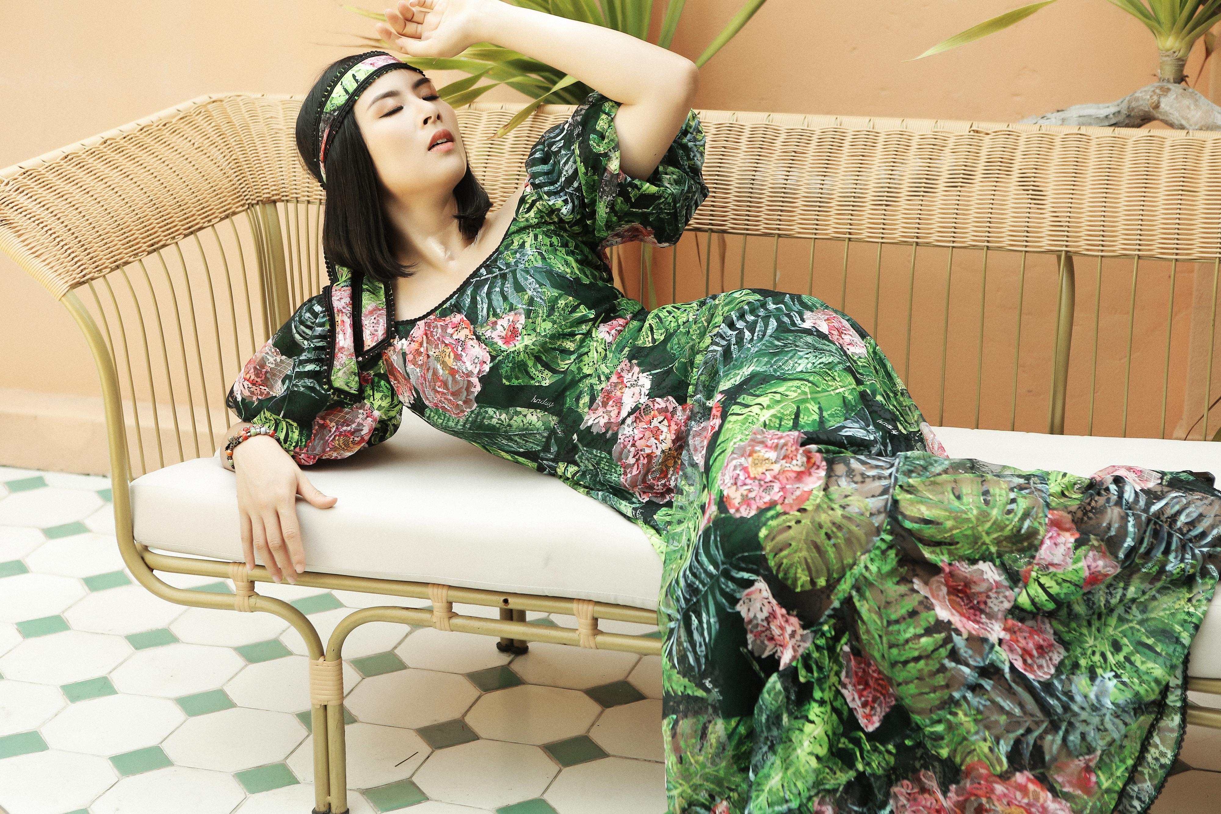HH Ngọc Hân đẹp mơ màng trong loạt váy họa tiết nhiệt đới làm dịu mát mùa hè của NTK Hà Duy  - Ảnh 2.