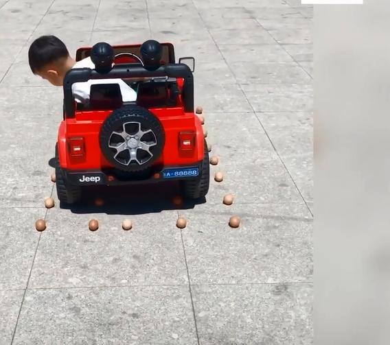 """Choáng với cậu bé 5 tuổi lùi xe, quay đầu như 1 tay lái thực thụ, dân mạng vỗ tay khen rào rào """"Đúng là tài không đợi tuổi"""" - Ảnh 3."""