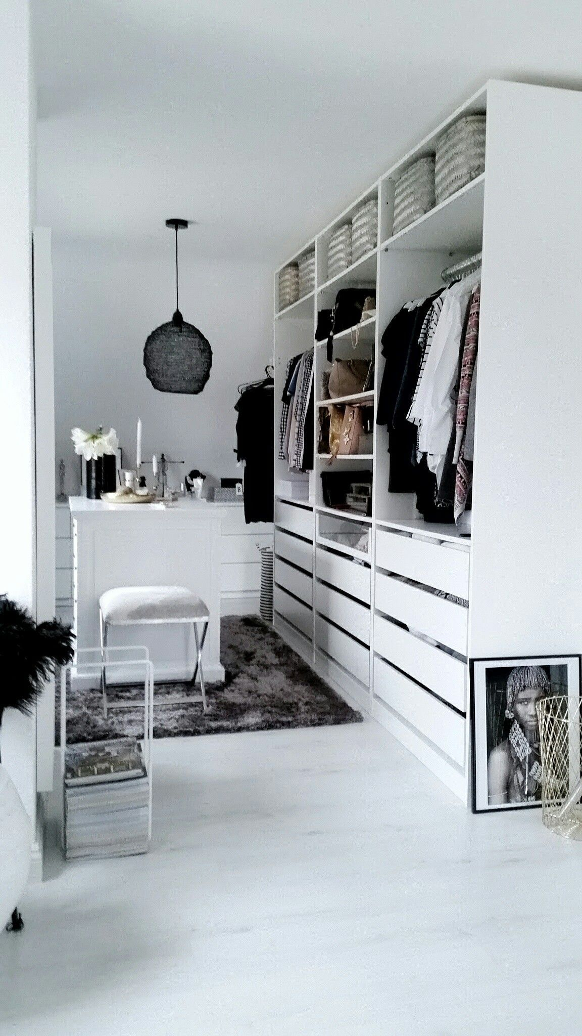 Những kiểu dáng tủ quần áo vừa thời trang vừa giúp đựng được vô số đồ đạc dành cho nhà nhỏ - Ảnh 5.