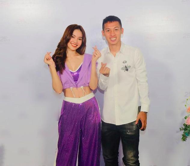 Ninh Dương Lan Ngọc ăn vận sexy khi hội ngộ fan hâm mộ Hà Nội, tiết lộ bí quyết sở hữu vòng eo 54cm - Ảnh 1.