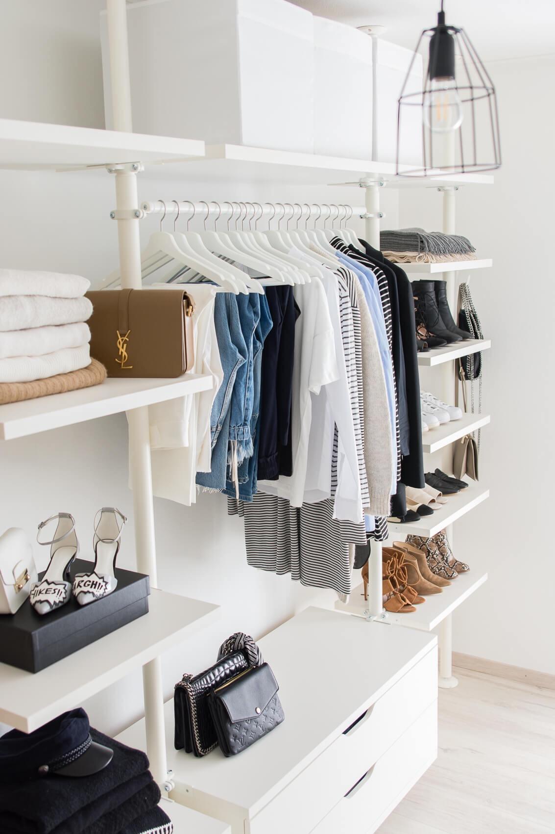 Những kiểu dáng tủ quần áo vừa thời trang vừa giúp đựng được vô số đồ đạc dành cho nhà nhỏ - Ảnh 1.
