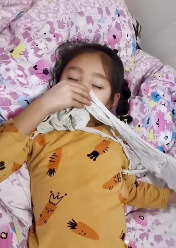 Con gái đi ngủ phải cầm chặt chiếc áo phông trắng đã rách bươm khiến người mẹ vừa lo lắng vừa sợ hãi, tới khi hiểu rõ nguyên do cô không khỏi bất ngờ - Ảnh 1.