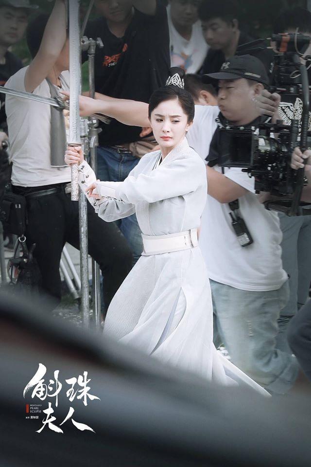 """""""Hộc Châu phu nhân"""": Dương Mịch lộ cảnh mặc áo giáp nhưng người bé xíu, còn tung ảnh 1 góc phim trường - Ảnh 5."""