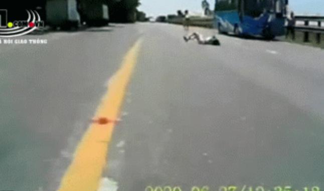 Bé gái bất ngờ lao ra đường và pha đánh lái như phim của tài xế khiến người chứng kiến