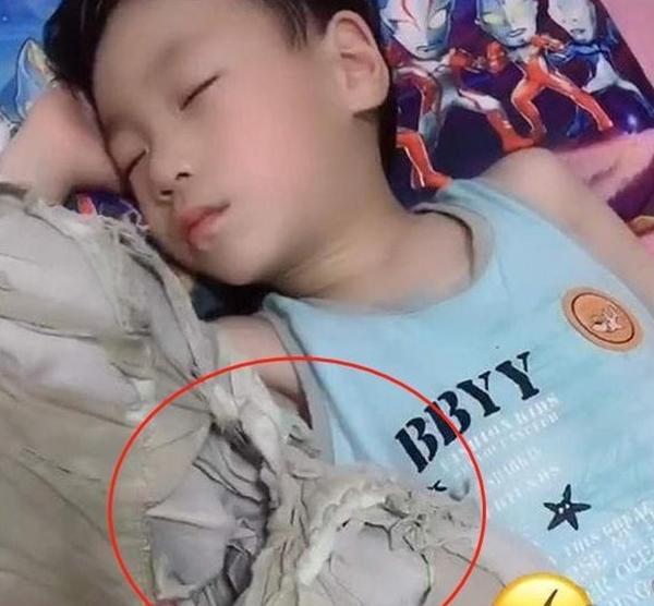 Con gái đi ngủ phải cầm chặt chiếc áo phông trắng đã rách bươm khiến người mẹ vừa lo lắng vừa sợ hãi, tới khi hiểu rõ nguyên do cô không khỏi bất ngờ - Ảnh 3.