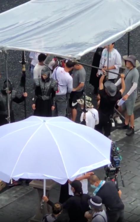"""""""Hộc Châu phu nhân"""": Dương Mịch lộ cảnh mặc áo giáp nhưng người bé xíu, còn tung ảnh 1 góc phim trường - Ảnh 3."""