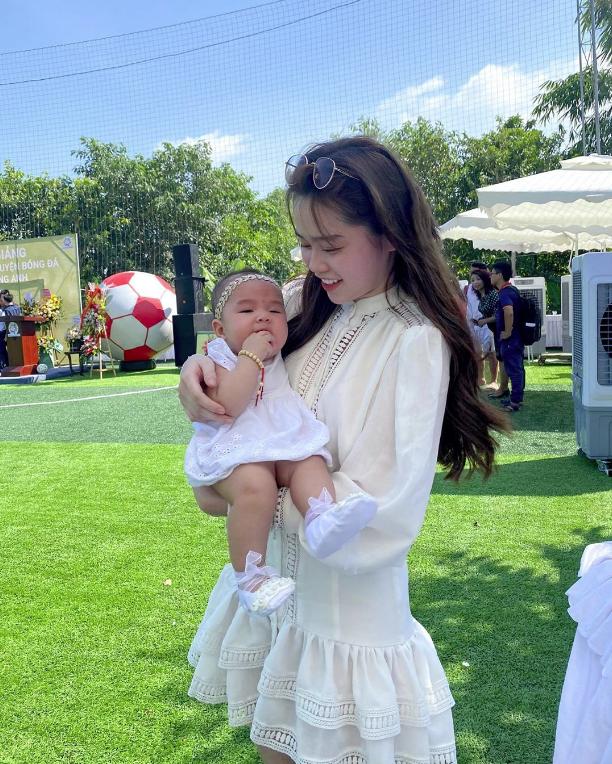 Huỳnh Anh lại xuất hiện vô cùng tươi tắn ở quê nhà Quang Hải, diện váy trắng cùng tông với cháu gái chàng cầu thủ - Ảnh 2.
