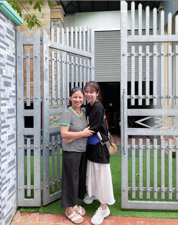 Huỳnh Anh lại xuất hiện vô cùng tươi tắn ở quê nhà Quang Hải, diện váy trắng cùng tông với cháu gái chàng cầu thủ - Ảnh 3.