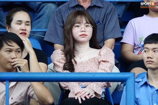 Huỳnh Anh lại xuất hiện vô cùng tươi tắn ở quê nhà Quang Hải, diện váy trắng cùng tông với cháu gái chàng cầu thủ - Ảnh 1.