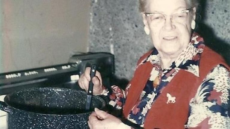 Tìm thấy cuộn phim chứa bức ảnh cũ, người phụ nữ ráo riết đăng tin kiếm chủ nhân mới biết bi kịch của 2 bà cháu trong đó - Ảnh 4.