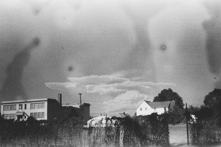 Tìm thấy cuộn phim chứa bức ảnh cũ, người phụ nữ ráo riết đăng tin kiếm chủ nhân mới biết bi kịch của 2 bà cháu trong đó - Ảnh 6.