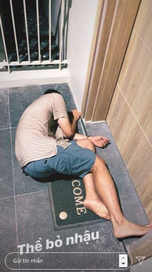 """Bất ngờ với hình ảnh """"bê tha"""", nhậu say bất tỉnh nằm bẹp trước cửa phòng khách sạn của """"Hoàng tử sơn ca"""" Quang Vinh - Ảnh 1."""